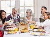 famiglia-allargata-sorridente-alla-tavola-di-cena-di-natale-47009723